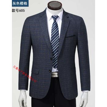 旗艦店の中年男性はスーツの上着を少し詰めています。父はビジネスサイズの秋冬のウールを入れています。