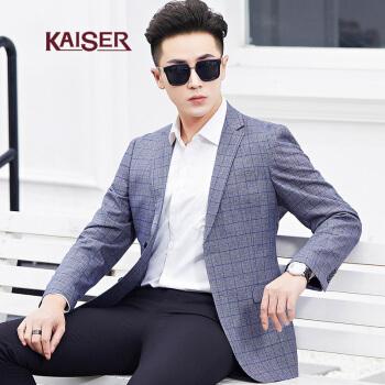 シーザーKAISERスーツ2019春新品ダーク柄のチェックがしっかりとしています。襟付きコートの男性はスーツを少し詰めています。男性のスーツは灰色で170/88 Aです。
