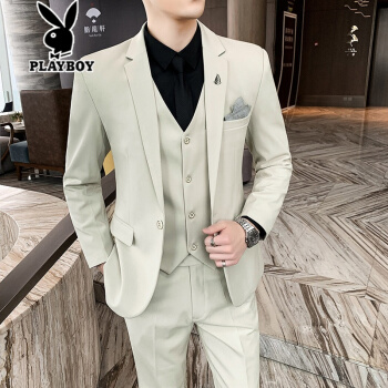プレイボーイがスーツの男性コートを少し詰めます。