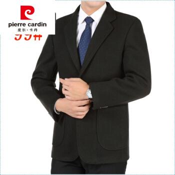 ピルカダンのスーツの中年男性がスーツを少し詰めています。秋冬ビジネスマンです。スーツは黒で170/74を編みます。