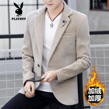 プレイボーイの秋冬はダウンの毛が厚くなりますね。スーツの男性は韓国式です。シンプルな上着です。ラシャのブレザーは1836カーキ色です。