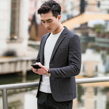 奈瑾春男性はスーツを少し詰めます。韓国式の修身がかっこいいです。